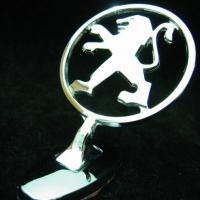 Логотип Peugeot на капот